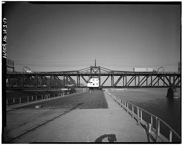 17.  SWING SPAN: DOWNSTREAM ELEVATION, LOOKING NNE. PHOTOGRAPHER: ROBERT A. RYAN - Keokuk & Hamilton Bridge, Spanning Mississippi River, Keokuk, Lee County, IA