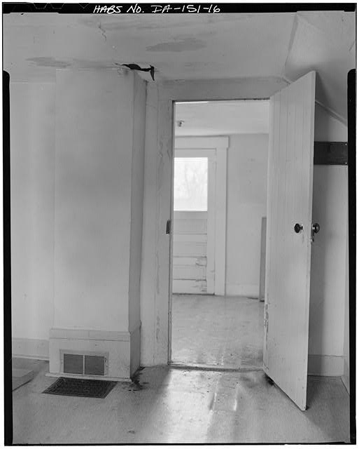 16.  SECOND FLOOR INTERIOR, NORTHEAST ROOM LOOKING SOUTH - P. J. Almquist House, 16 Second Street Northwest, Waukon, Allamakee County, IA