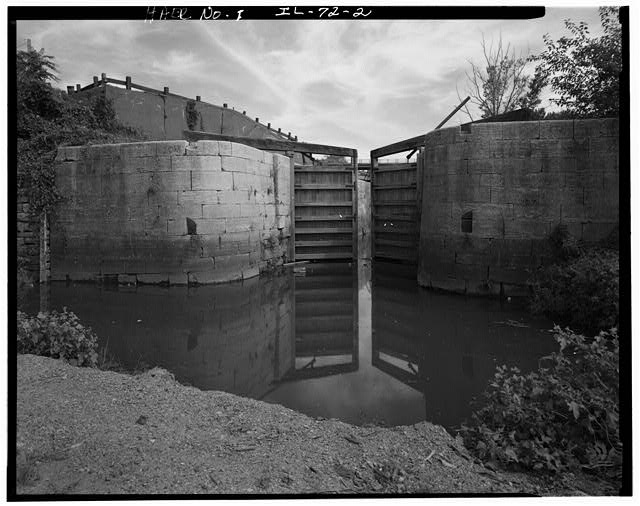 2.  VIEW FROM BELOW THE LOCK GATE. - Illinois & Michigan Canal, Lift Lock No. 15, Canal Station 5087+00, La Salle, La Salle County, IL
