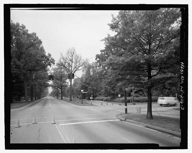 Intersection of Southern Parkway and Southern Heights, looking toward the Beechmont  Historic District, showing changes in landscaping, northeast - Southern Heights-Beechmont District Landscapes, Louisville, Jefferson County, KY