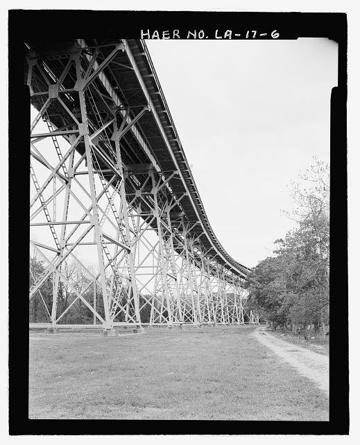 VIEW OF WEST BANK ELEVATED RAILROAD AND HIGHWAY APPROACH VIADUCT LOOKING SOUTHEAST. - Huey P. Long Bridge, Spanning Mississippi River approximately midway between nine & twelve mile points upstream from & west of New Orleans, Jefferson, Jefferson Parish, LA