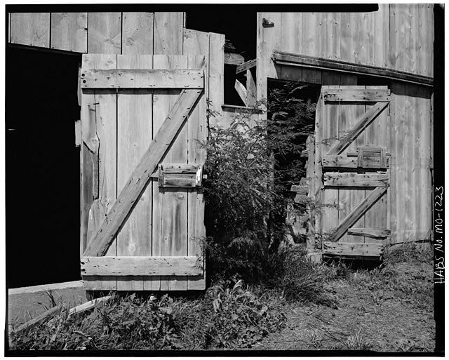 5.  Historic American Buildings Survey David J. Kaminsky, Photographer August 1978 DOORS ON EAST FACADE - Rueben Ross Barn, Clinton County Line vicinity, Smithville, Clay County, MO