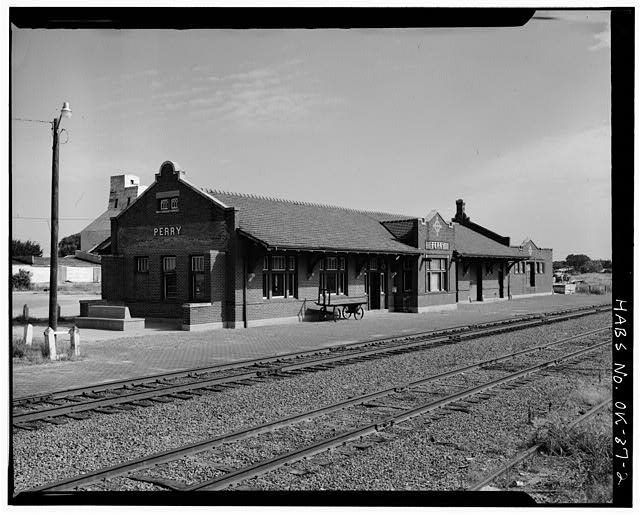 2.  EXTERIOR, FRONT AND LEFT SIDE - Atchison, Topeka, Santa Fe Railroad Station, Perry, Noble County, OK