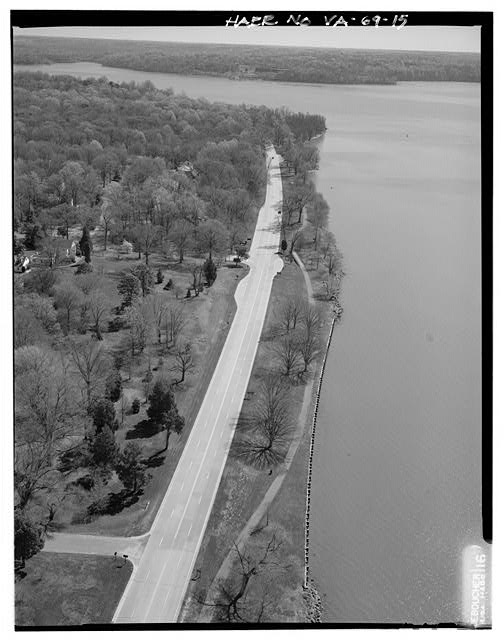 15.  AERIAL VIEW OF MT. VERNON OVERLOOK AND FT. HUNT OVERLOOK LOOKING EAST. - George Washington Memorial Parkway, Along Potomac River from McLean to Mount Vernon, VA, Mount Vernon, Fairfax County, VA