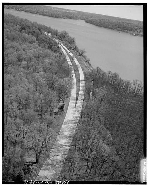16.  AERIAL VIEW OF MEDIAN APPROACHING FT. HUNT OVERPASS LOOKING NORTHEAST. - George Washington Memorial Parkway, Along Potomac River from McLean to Mount Vernon, VA, Mount Vernon, Fairfax County, VA
