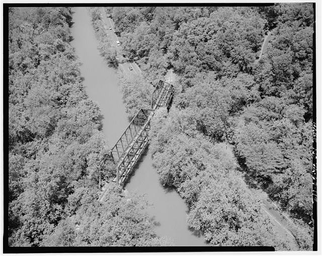 112.  AERIAL VIEW OF OLD BALTIMORE & OHIO RAILROAD BRIDGE AT SOUTH END OF CLARA BARTON PARKWAY LOOKING NORTHWEST. - George Washington Memorial Parkway, Along Potomac River from McLean to Mount Vernon, VA, Mount Vernon, Fairfax County, VA