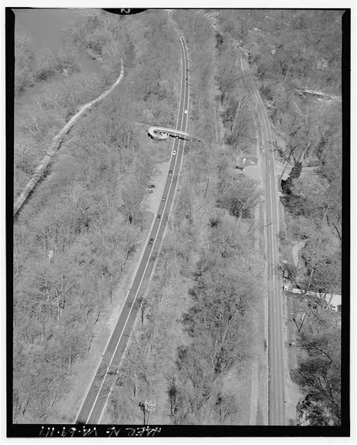 117.  AERIAL VIEW OF PEDESTRIAN OVERPASS ON CLARA BARTON PARKWAY AT SYCAMORE ISLAND LOOKING NORTHWEST. - George Washington Memorial Parkway, Along Potomac River from McLean to Mount Vernon, VA, Mount Vernon, Fairfax County, VA