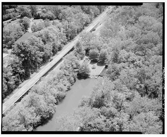 120.  AERIAL VIEW OF CANTILEVERED SECTION OF CLARA BARTON PARKWAY AND LOCK #7 ON C&O CANAL LOOKING SOUTHEAST. - George Washington Memorial Parkway, Along Potomac River from McLean to Mount Vernon, VA, Mount Vernon, Fairfax County, VA
