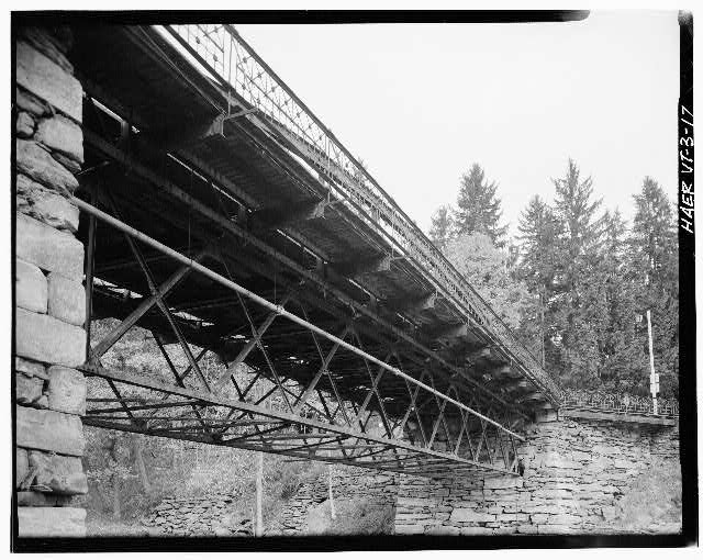 17.  CLOSE-UP VIEW OF UNDERSIDE OF TRUSS - Elm Street Bridge, Spanning Ottauquechee River, Woodstock, Windsor County, VT