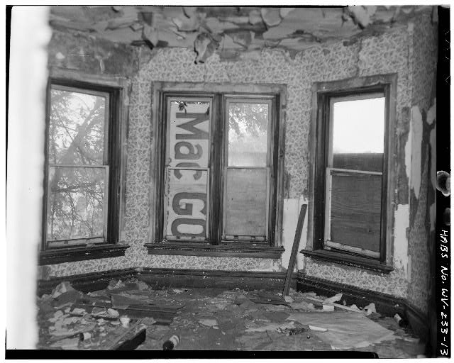 13.  Front upstairs room showing South wall - 1302 Third Avenue (House), 1302 Third Avenue, Huntington, Cabell County, WV