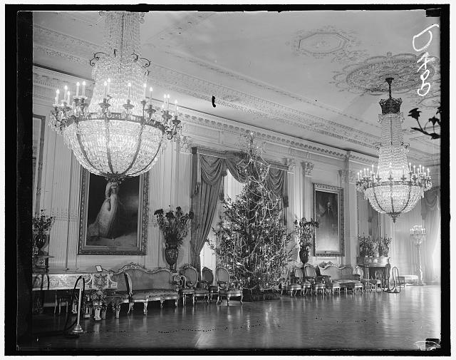 Christmas tree in East Room of White House. Washington, D.C., Dec. 23. Sightseeers to the White House today were given an added thrill as they were allowed to view the huge Christmas tree set up in the East Room