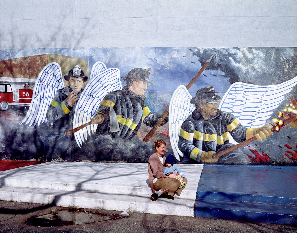 Mother and child at the chicago firefighter mural chicago for Mural in chicago illinois