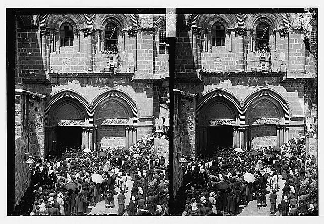 [Crowds in front of the Church of the Holy Sepulchre]