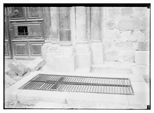 Tomb of the Crusader d'Aubigny. Placing stone marker [Church of the Holy Sepulchre]