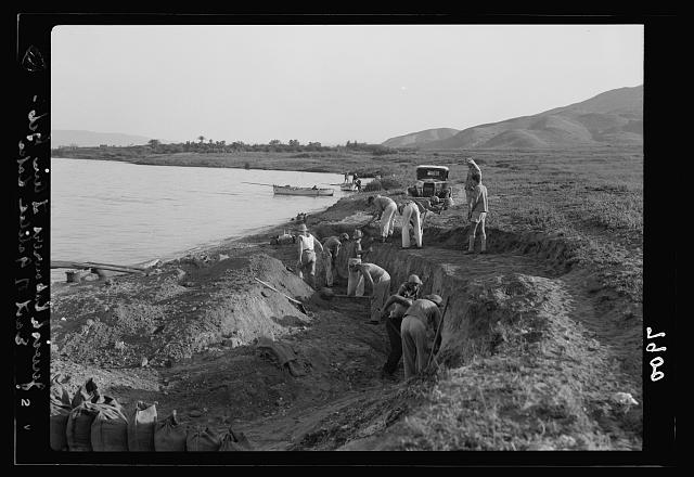 Ain Geb. Jewish settlement on the east side of S. Galilee. Settlers at work on shores of the lake transporting earth to the opposite side