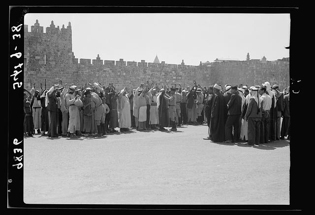 Search for arms en masse outside Damascus Gate, Sept. 9, '38