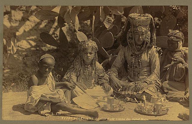 Types Algériens. Famille d'une femme des Ouled Naı̈ls