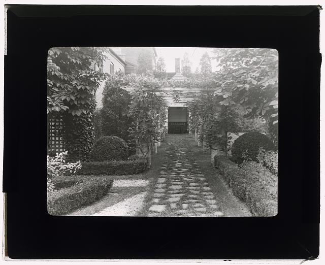[William Albert Smoot, Jr., house, 220 North Washington Street, Alexandria, Virginia. Boxwood garden]