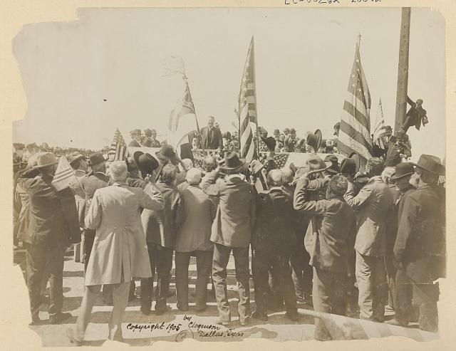 [Theodore Roosevelt greeting the old soldiers at Ft. Worth]