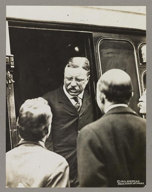 [Theodore Roosevelt disembarking from railway car]