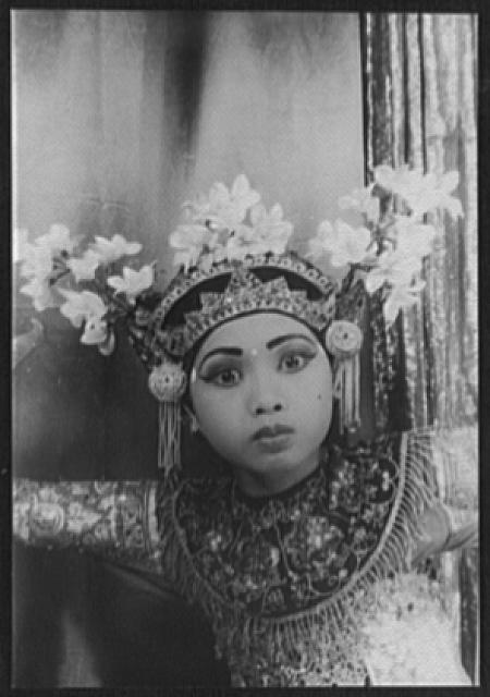 [Portrait of Balinese dancer Ni Gusti Raka, in the Legong]